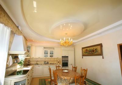Светлый натяжной потолок на кухне